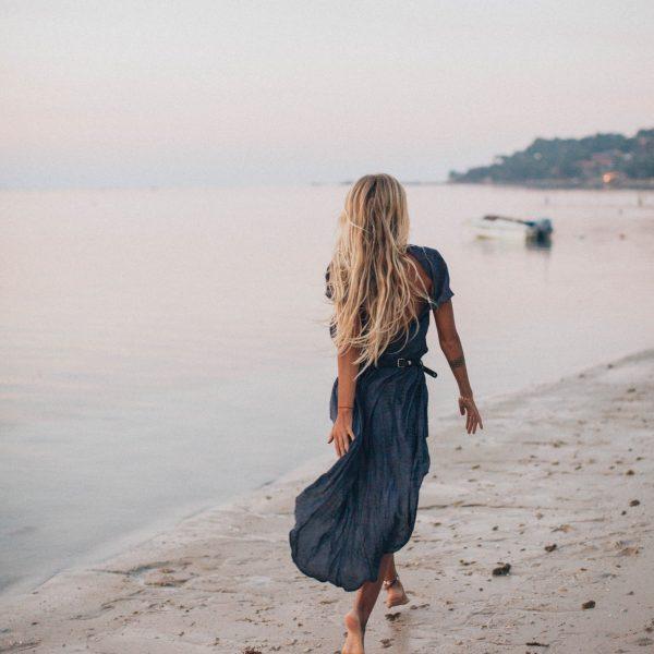 barefoot-beach-blond-2072583